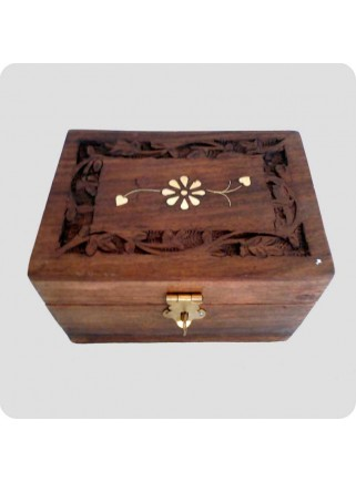 Wooden box with space for 6 bottles of oil