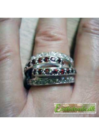 Ring med røde og hvide krystaller