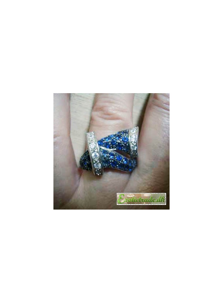 Ring med blå sten med hvide bånd